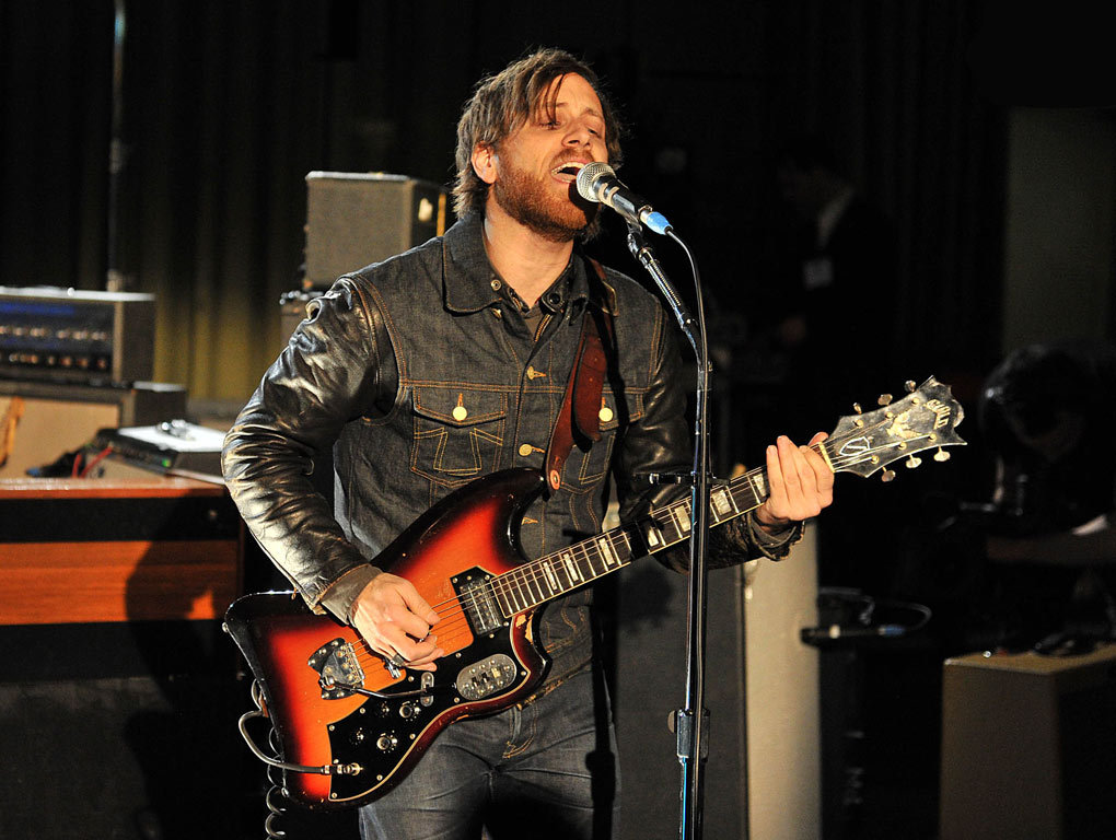 Dan Auerbach and a Guild S200