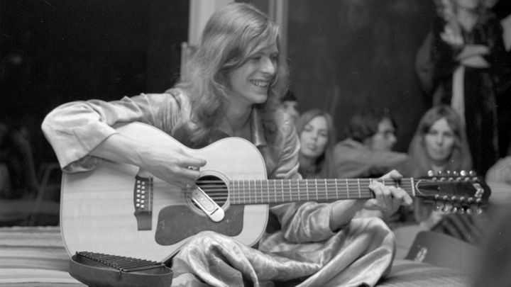 David Bowie live in 1971 with Guild 12-string