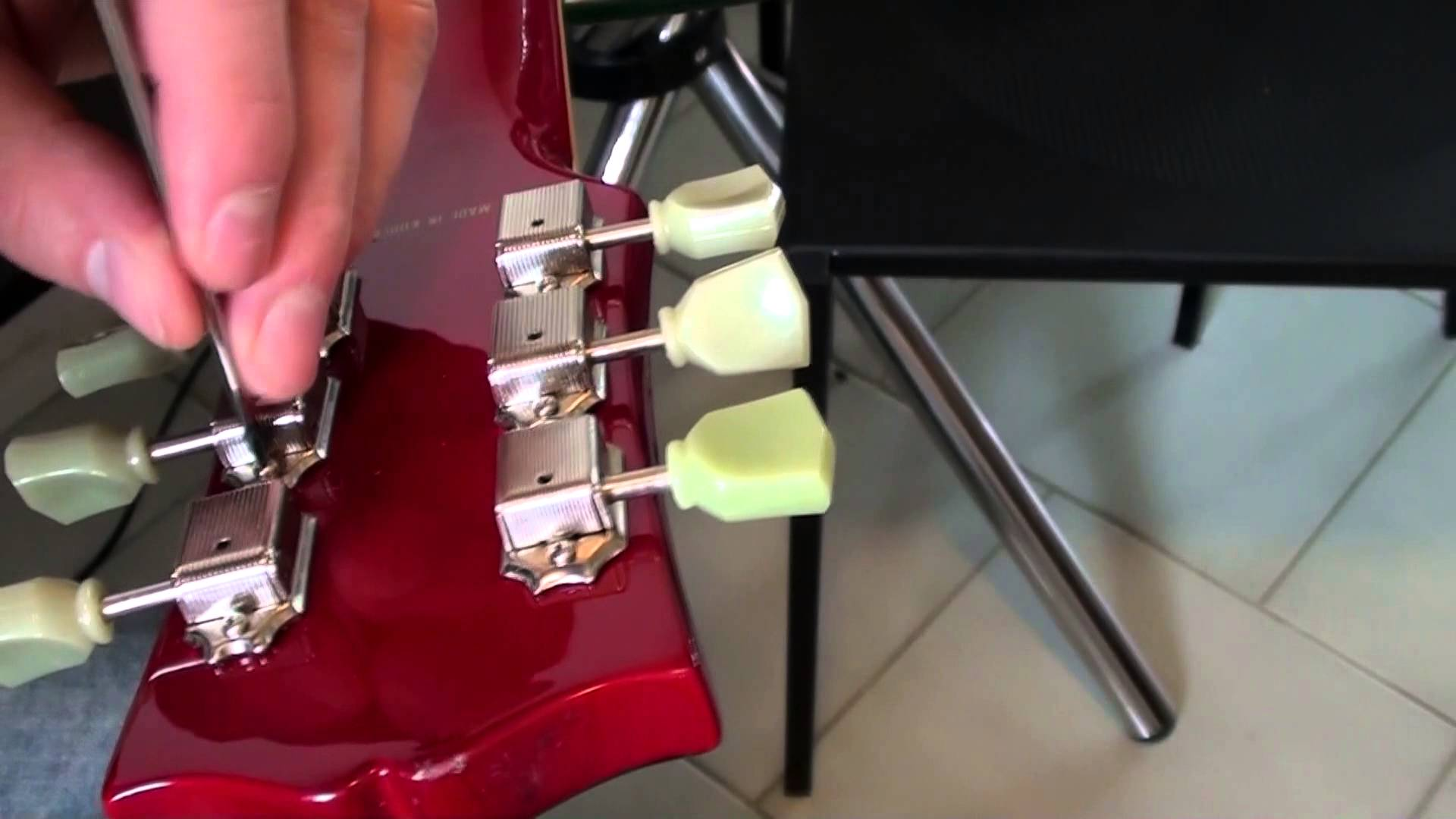Changing guitar tuning pegs